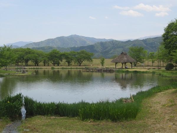 八幡腹史跡公園と山.jpg