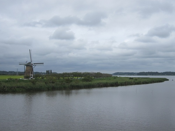 風車と印旛沼.jpg